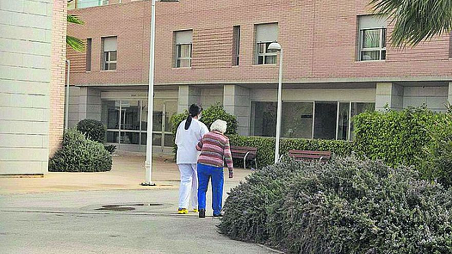 La fuga de sanitarios de los geriátricos agrava la situación de los mayores