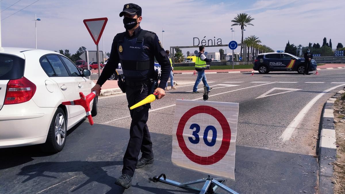 Control policial efectuado en la entrada a Dénia