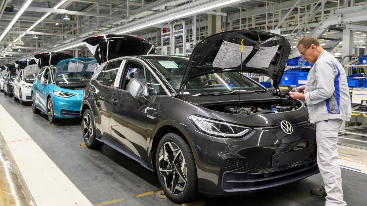 Un empleado de Volkswagen en una fábrica de Alemania.