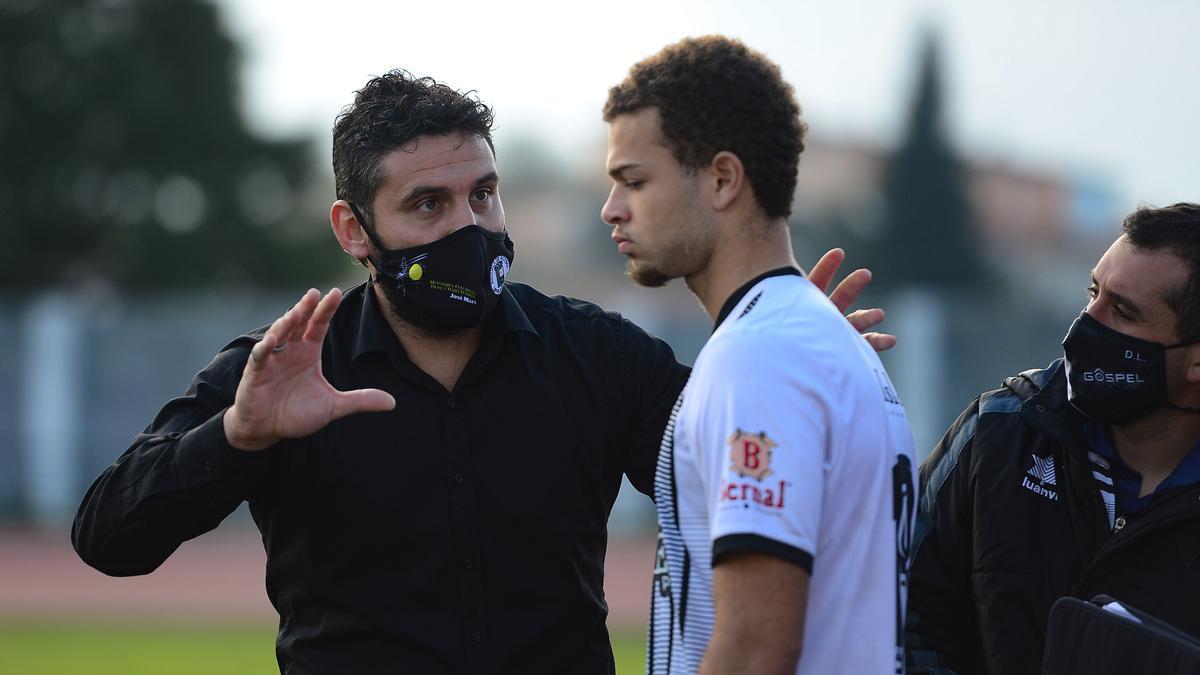 Luismi habla con un jugador en la campaña recién terminada.