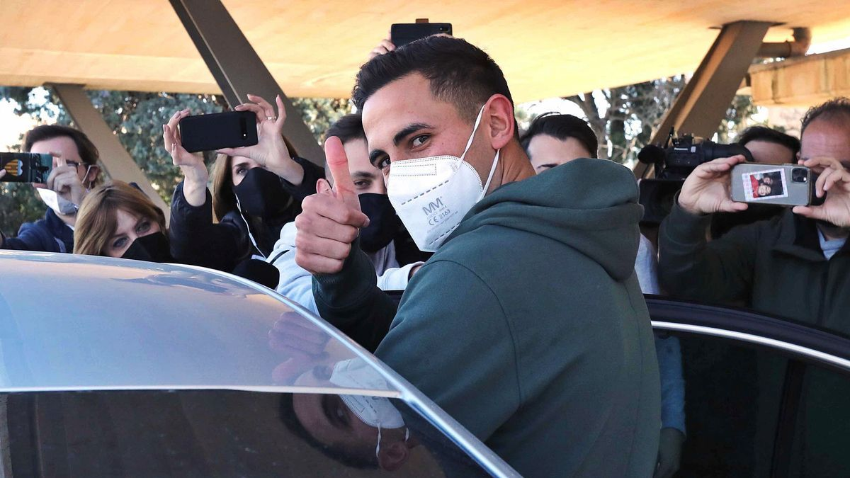 Christian Oliva saluda en su llegada a  Manises.  j.m.lópez