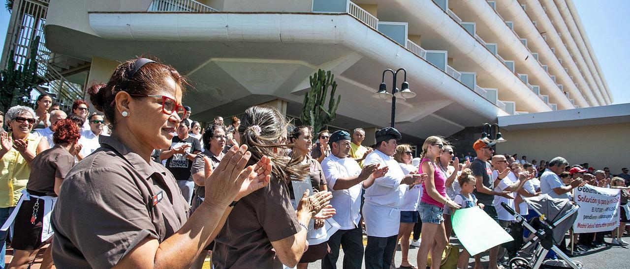 Una de las concentraciones de protesta de los empleados del Oliva Beach para defender sus puestos