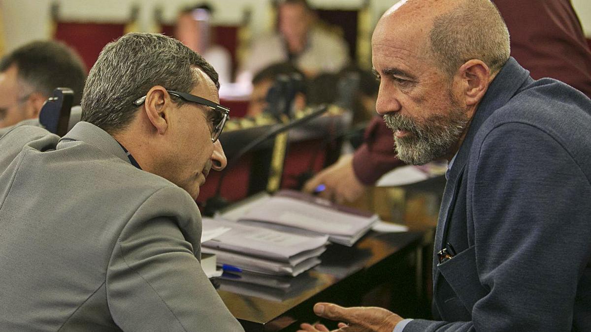 Javier Abreu conversa con Santiago Pérez en un pleno del pasado mandato.