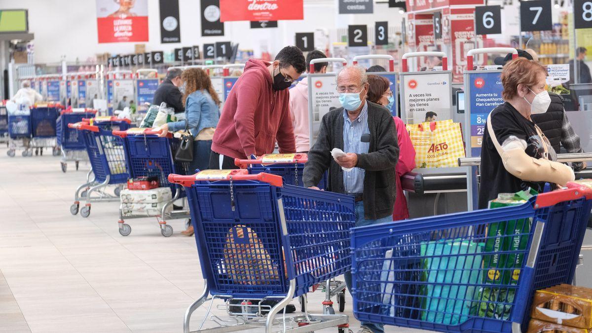 Clientes en un supermercado Carrefour.