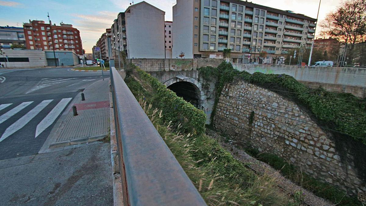 El túnel ferroviario de Gandia y, encima, los edificios a ambos lados de la calle Perú.   XIMO FERRI