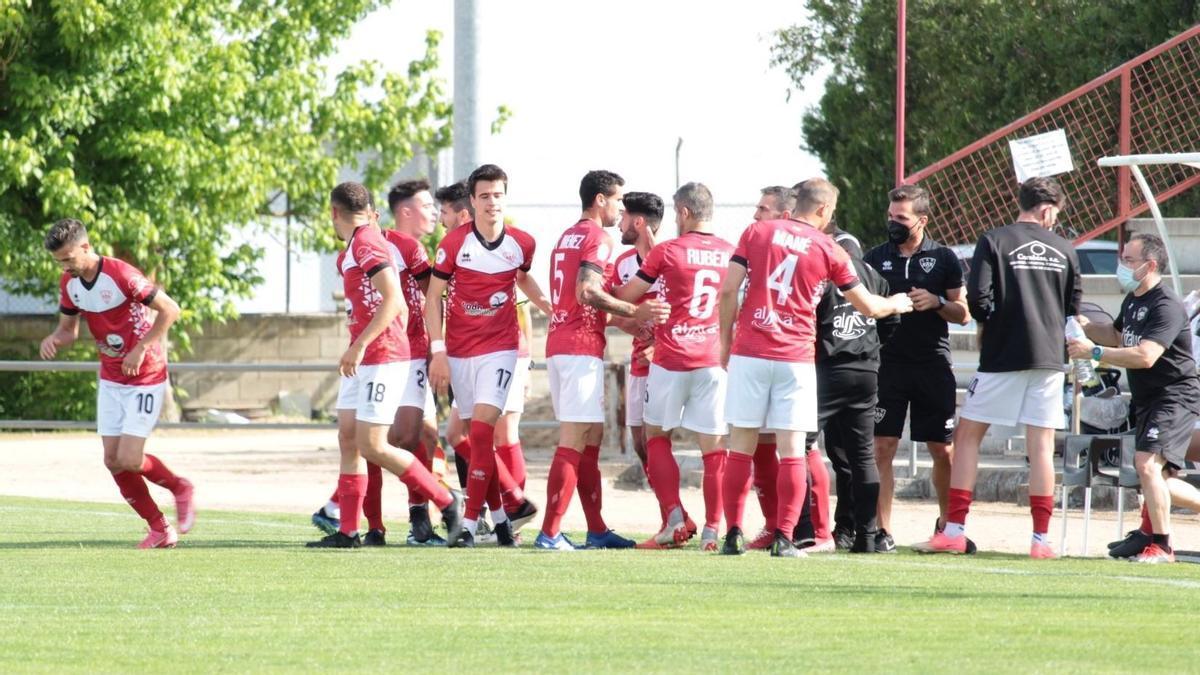 Los jugadores del Miajadas celebran uno de los goles ante el Plasencia, el domingo.