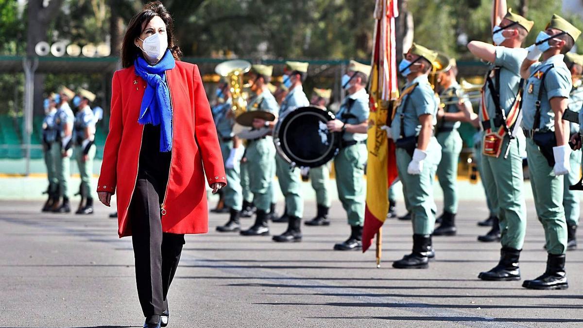 La ministra de Defensa, Margarita Robles, pasa revista a la tropa durante su visita a la Brigada 'Rey Alfonso XIII'.