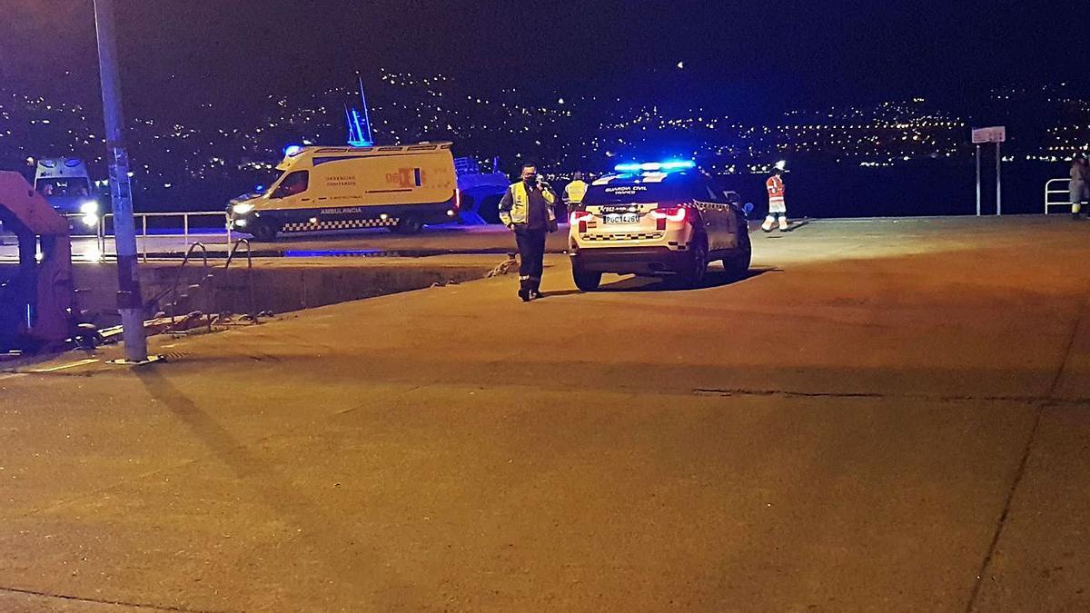 Despliegue policial en el muelle de Domaio el día del accidente mortal.