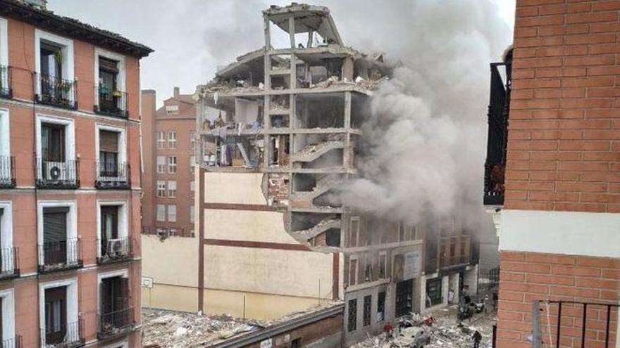 Tres muertos y once personas heridas al explotar un edificio en el centro de Madrid
