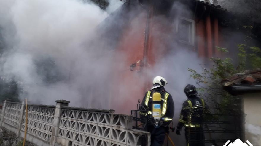 Calcinada por completo una vivienda en un incendio en Santa Cruz (Mieres)