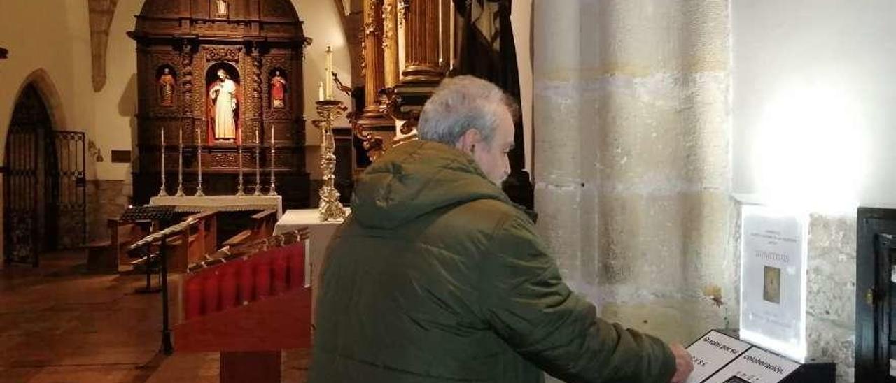 El feligrés Miguel Ángel Armas, ayer, realizando un donativo con tarjeta en la basílica de Llanes.