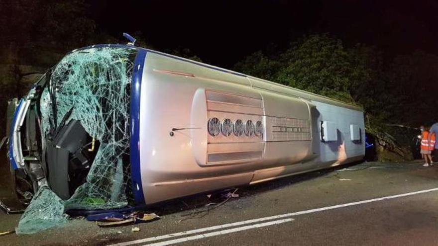Una treintena de trabajadores de PSA, heridos al volcar su autobús en Pontevedra