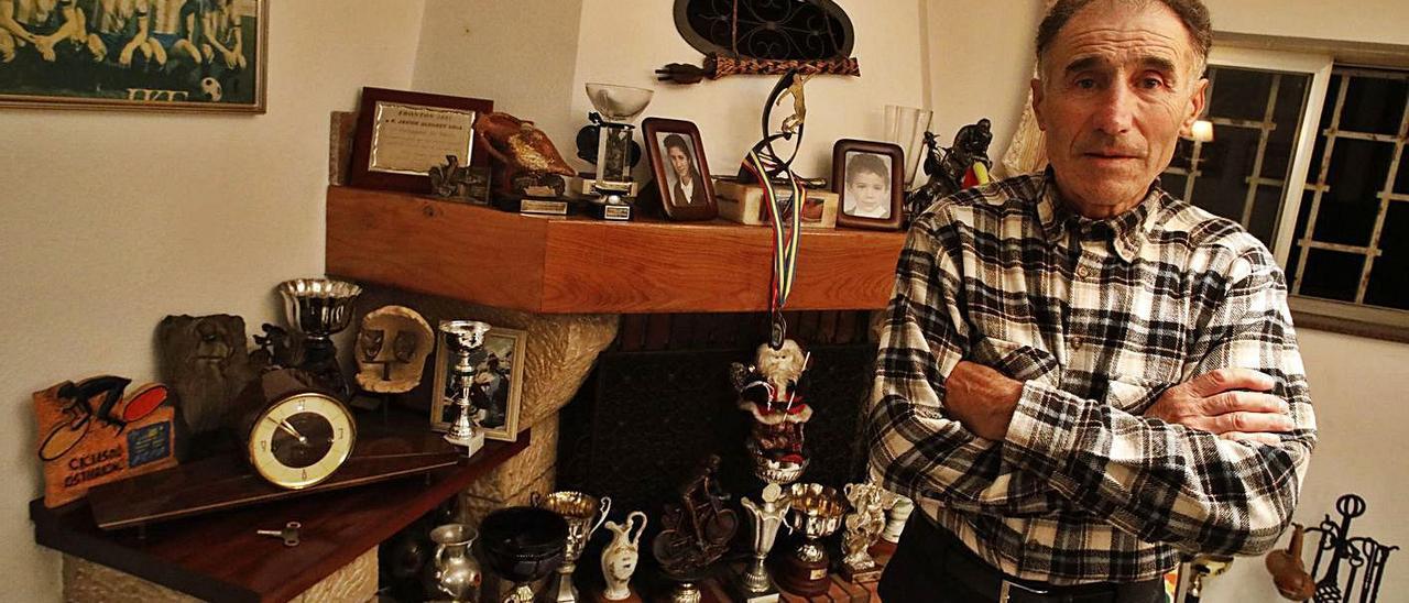 Uría, ayer, en su domicilio en La Providencia, rodeado de trofeos y fotografías de su etapa como futbolista y también de su laureada trayectoria como ciclista aficionado. | Ángel González