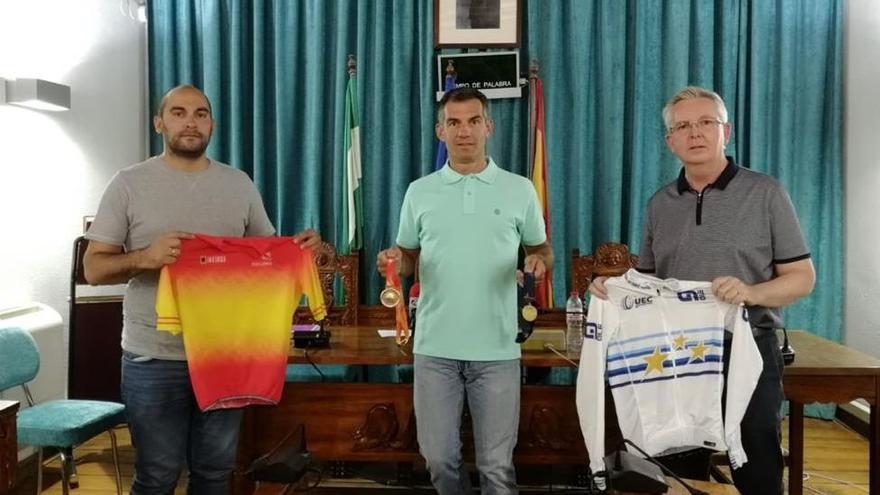 El Ayuntamiento de Castro del Río reconoce los éxitos del ciclista Juan Pedro Trujillo