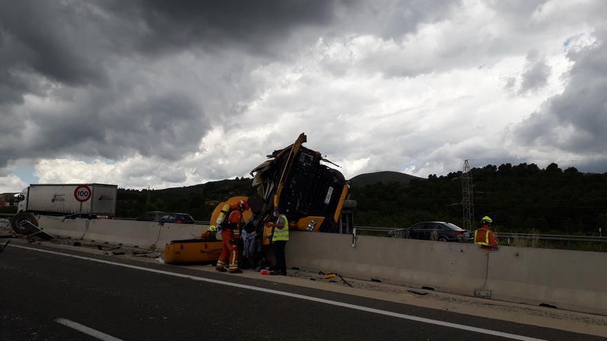Un enfermero fuera de servicio asiste al conductor del camión accidentado en la A-3