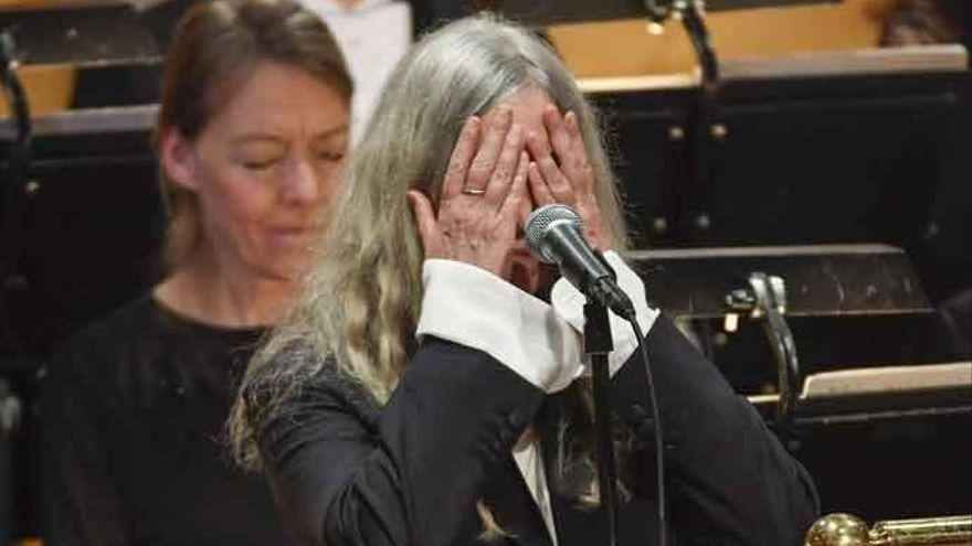 Patti Smith se queda en blanco al interpretar una canción de Dylan en los Nobel