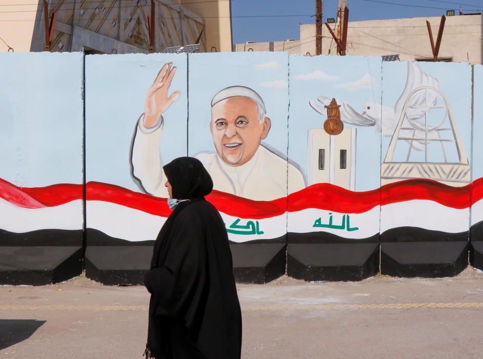 El Papa saluda a una musulmana en Irak.