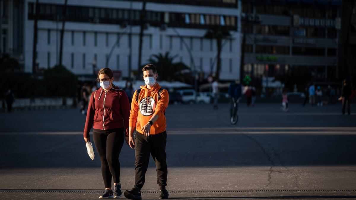 Dos personas caminan por Santa Cruz de Tenerife.