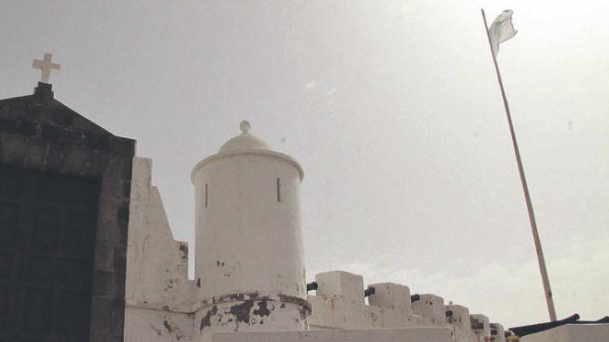 La Bandera de la Virgen ondea en el Castillo, pero izada por particulares