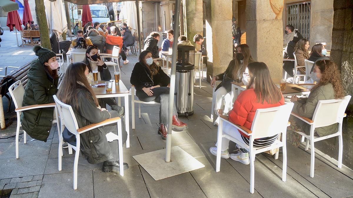 Un grupo de jóvenes, en una terraza de Pontevedra.