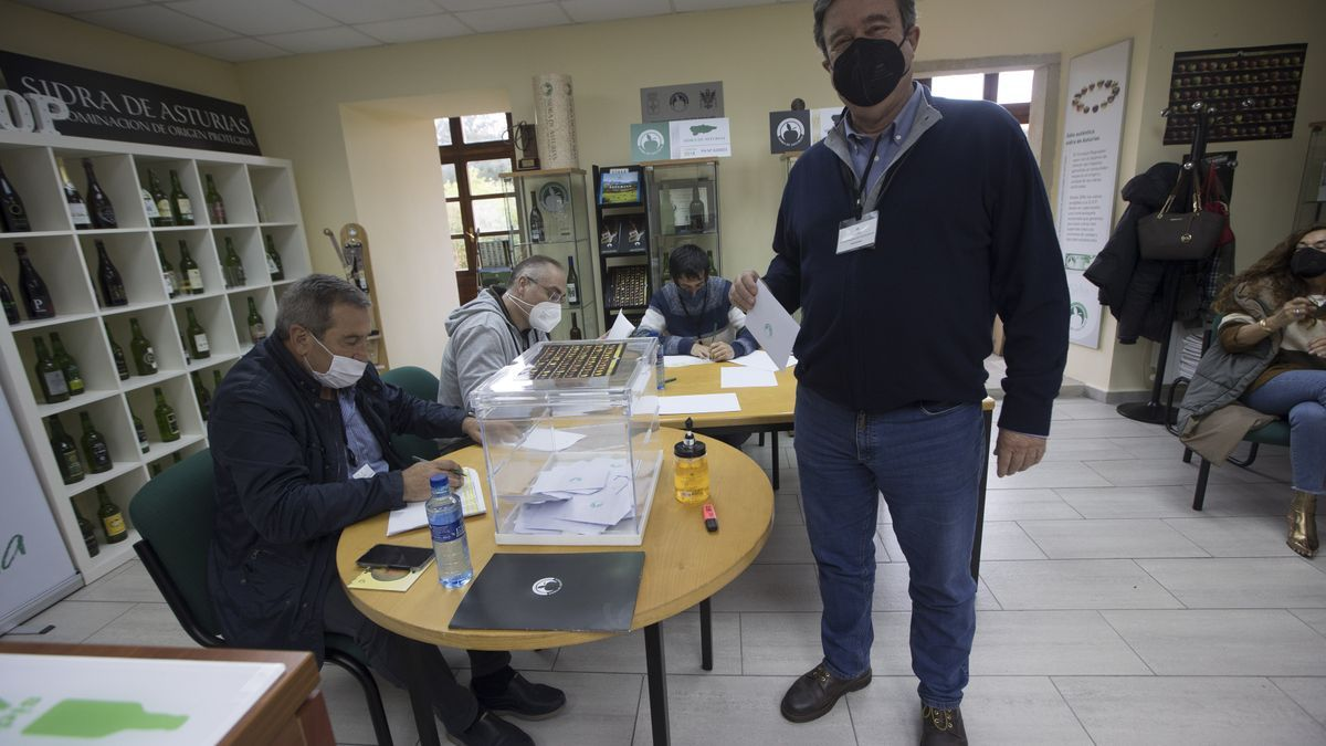 Guillermo Guisasola vota durante las elecciones al Consejo Regulador de la Sidra