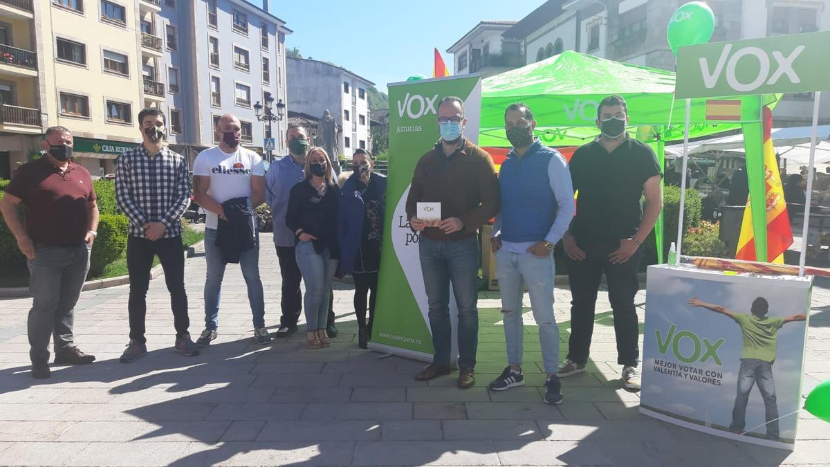 Ignacio Blanco –tercero por la derecha– y otros dirigentes locales y regionales de -Vox en Cangas de Onís.