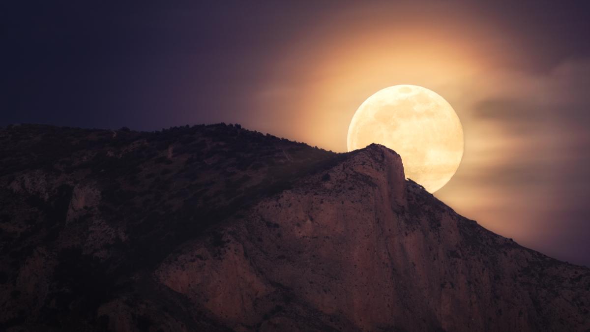 La primera Luna llena de 2021 sobre la sierra del Cid.