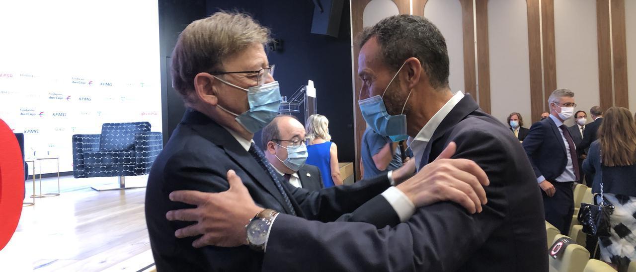 González saluda a Puig en presencia de Iceta.