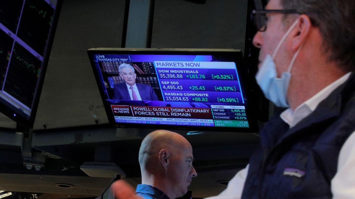 Un operador de Wall Street contempla el discurso del presidente de la Reserva Federal, Jerome Powell.