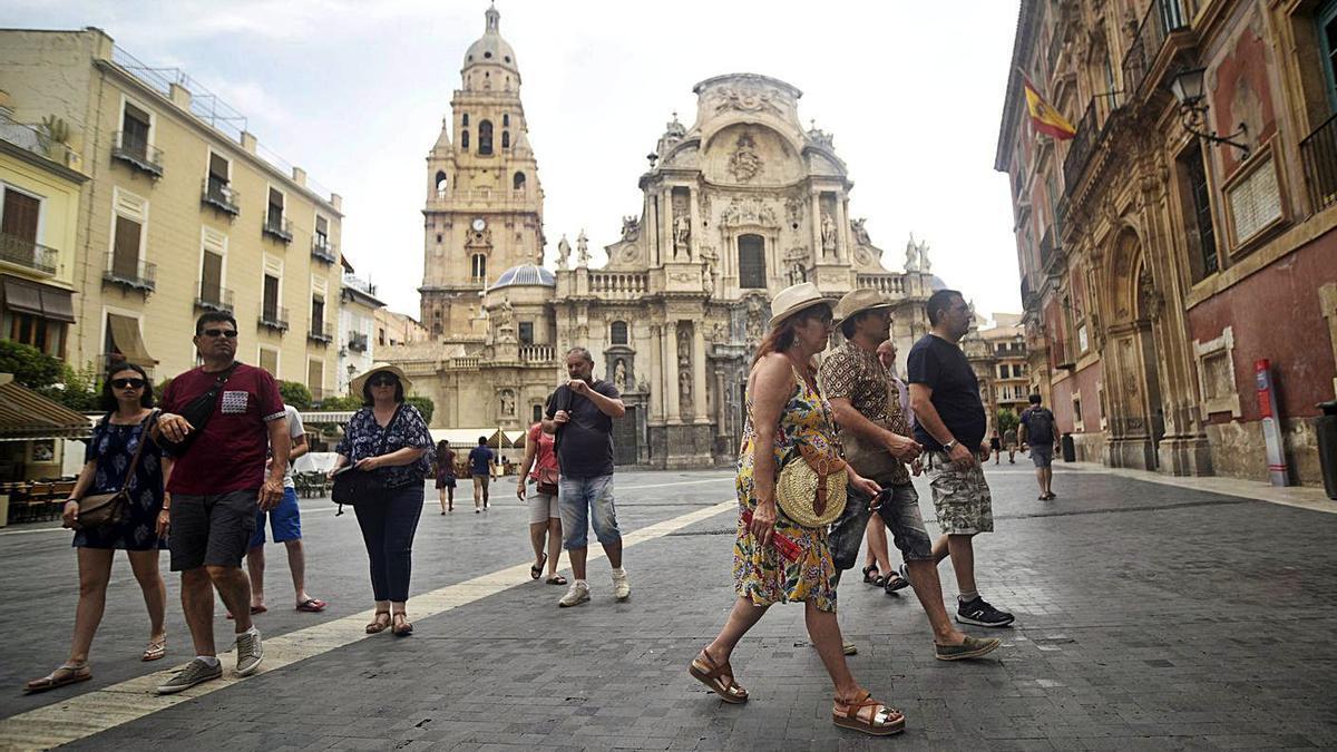 Turistas internacionales visitan la Plaza del Cardenal Belluga, antes de la pandemia.