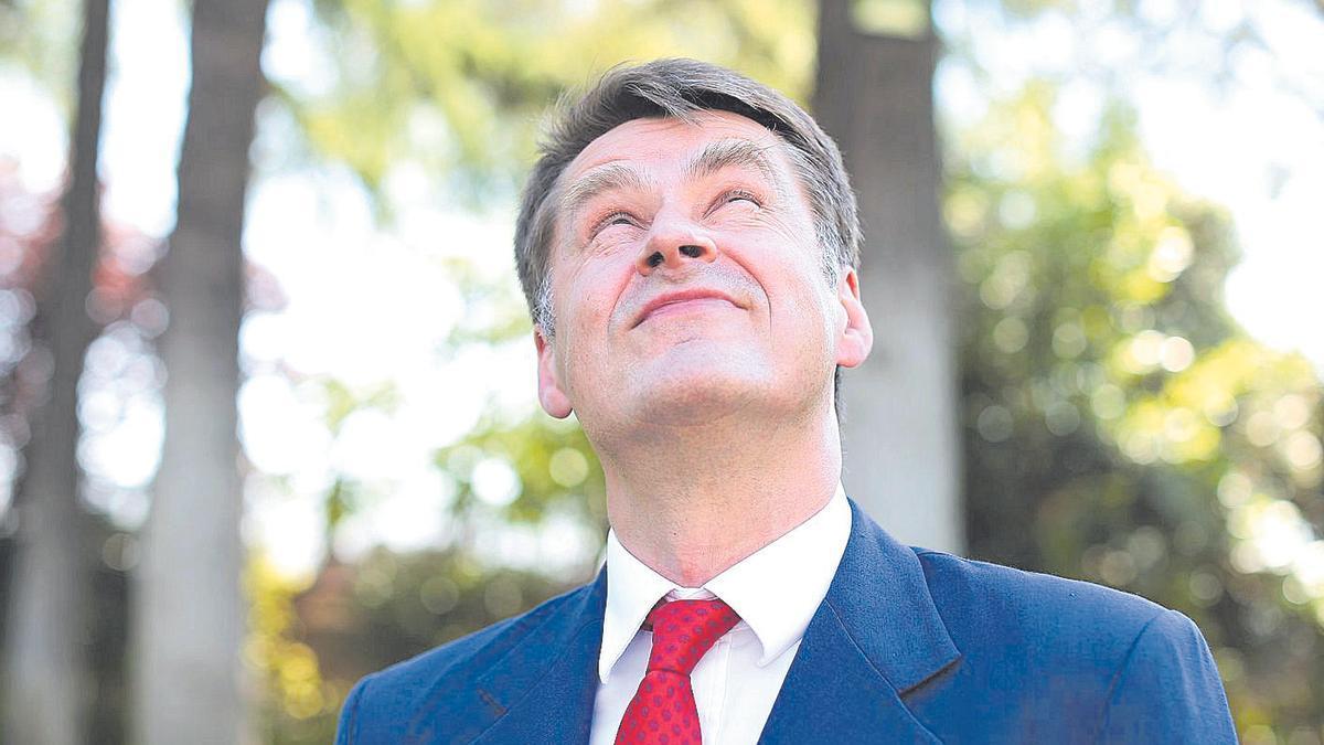 El embajador británico, Hugh Elliott, ayer, durante la entrevista.