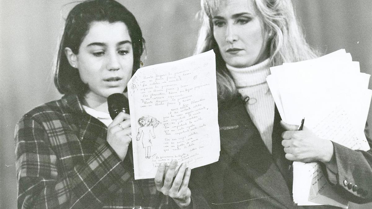 Nieves Herrero durante el programa que realizó, en riguroso directo desde Alcàsser, la noche siguiente a la aparición de los cuerpos