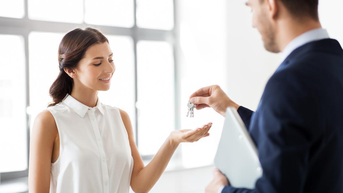 Una joven recibe las llaves de su nueva casa.