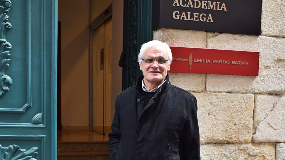 Víctor Freixanes, na entrada da Real Academia Galega e a Casa Museo Emilia Pardo Bazán.   | // LA OPINIÓN