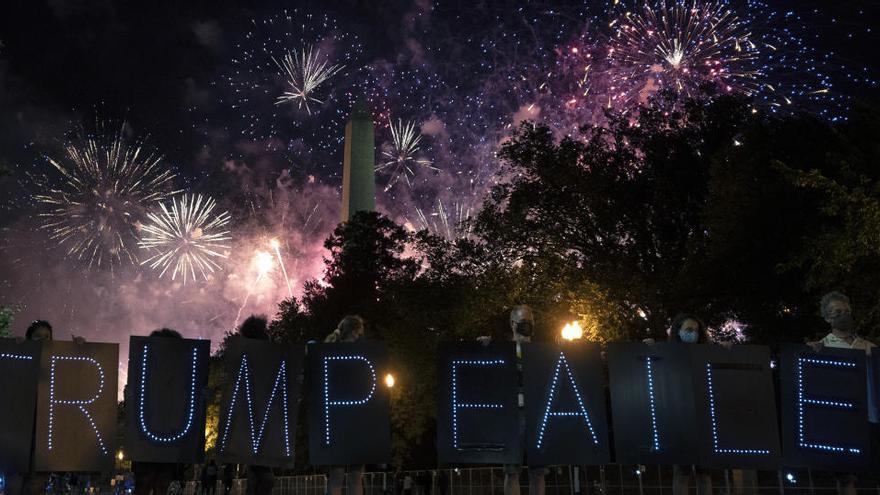 Bocinas y silbatos para 'silenciar' a Trump