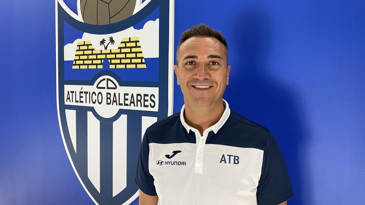 Jordi Roger posa junto al escudo del Atlético Baleares