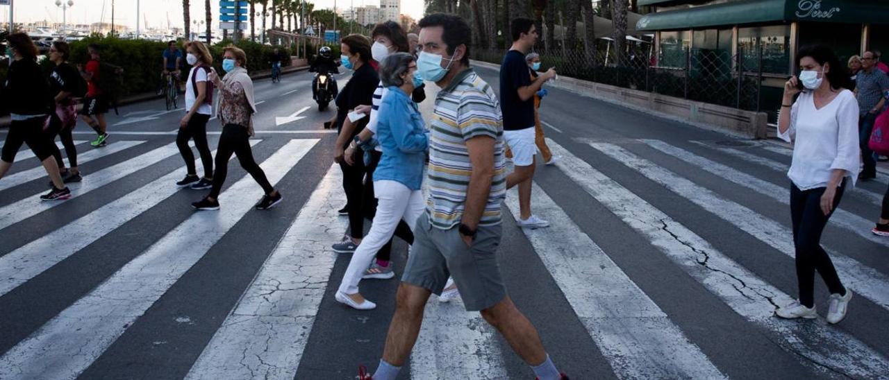 Gente paseando a las 20 horas ayer en el paso entre la Explanada y el Puerto.