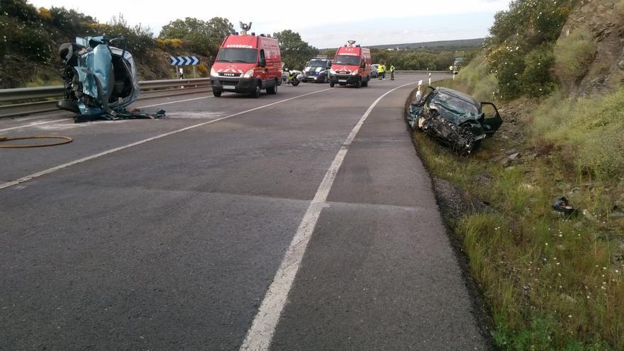 Un fallecido y un herido grave en una fuerte colisión de dos vehículos en Alcaracejos