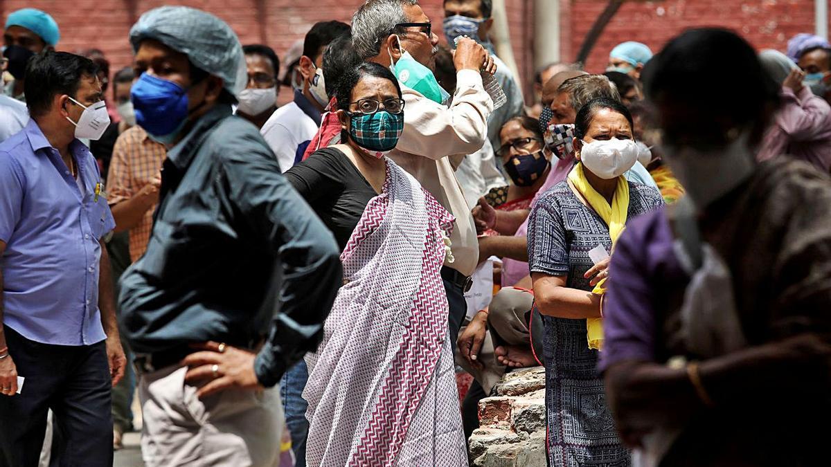 Un momento de una masiva vacunación en un centro de la localidad india de Kolkata. |   // REUTERS