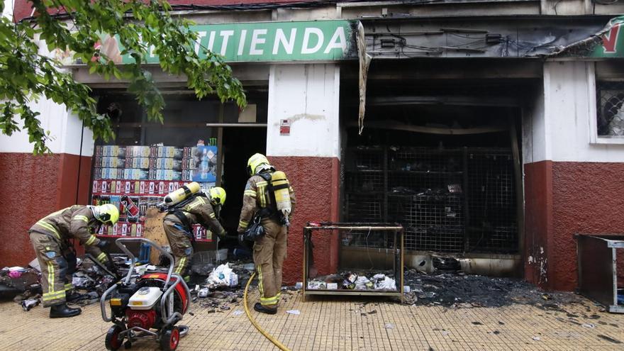 Aparatoso incendio en un bazar en Cáceres