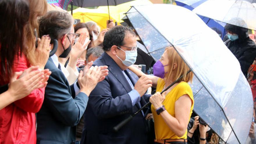 L'expresidenta del Parlament Carme Forcadell s'abraça amb el conseller d'Interior, Joan Ignasi Elena.JPG