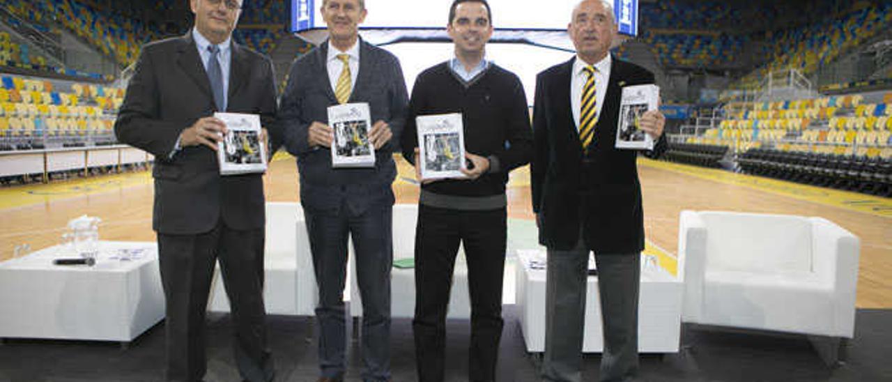 De izq. a dcha, Alejandro J. Cabrera, Joaquín Costa, Lucas Bravo de Laguna y José Moriana con el libro.