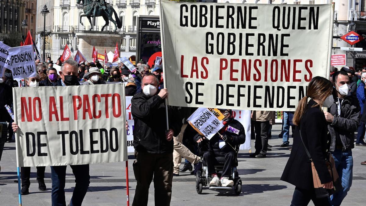 Manifestantes contra la privatización de las pensiones en Madrid.