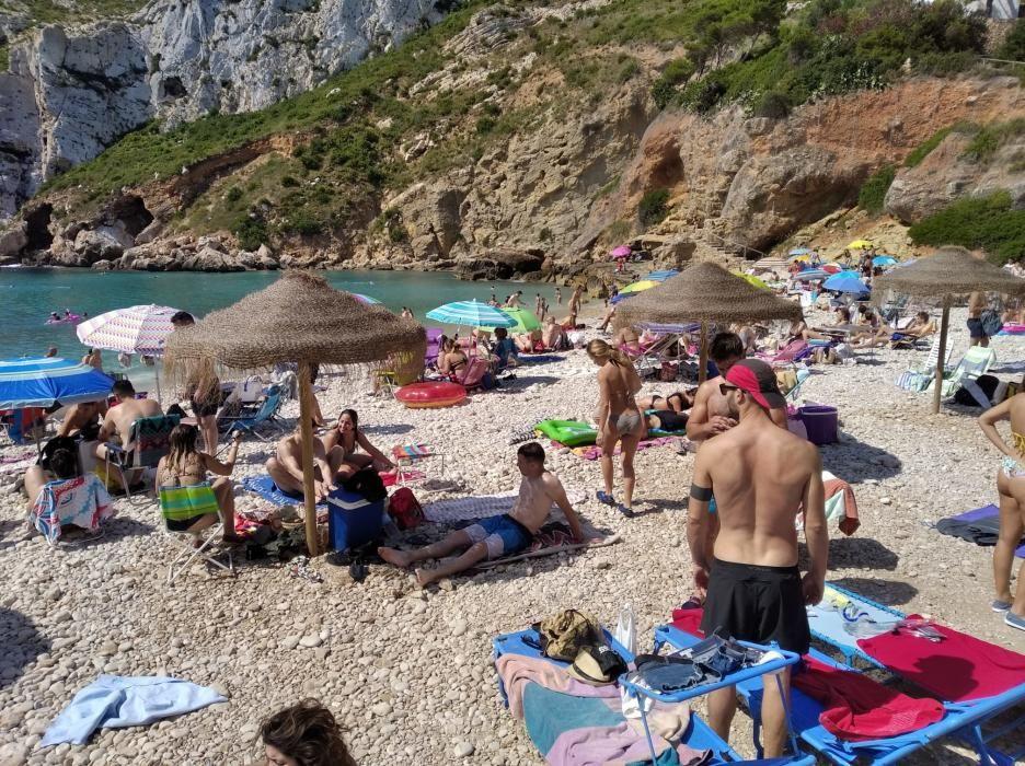 Playas masificadas en la Marina por Sant Joan