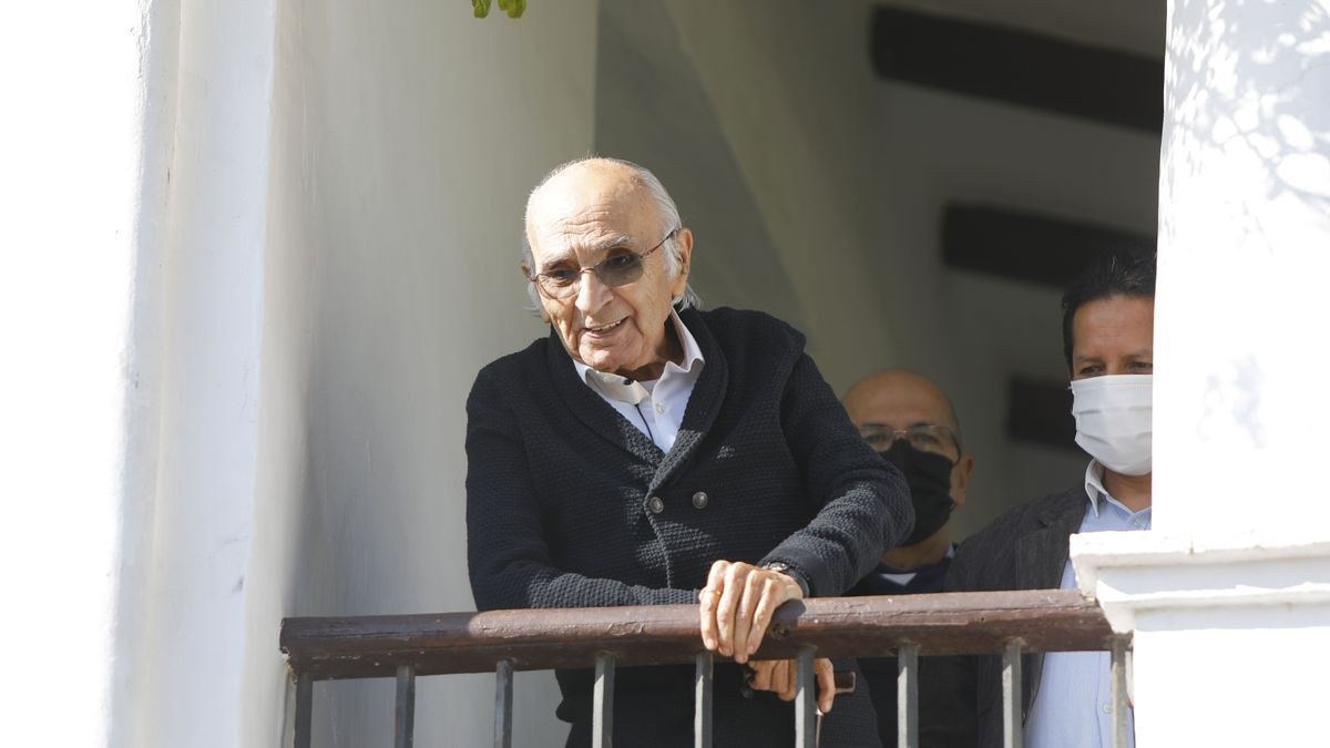 Francisco Brines en su casa de Oliva.