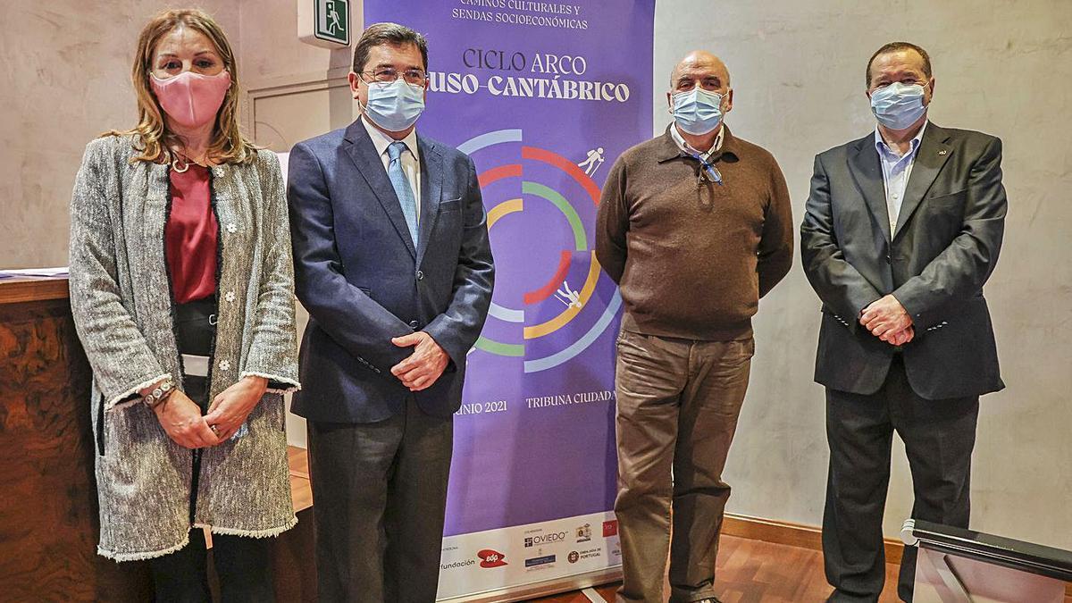 De izquierda a derecha, Virginia Gil, Carlos Orueta, José Ramón Vallespín y Pedro Sánchez Lazo, antes de la conferencia de Tribuna Ciudadana. | Irma Collín