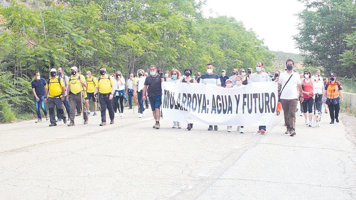 Más de 400 personas han participado en la marcha en favor del embalse de Mularroya.