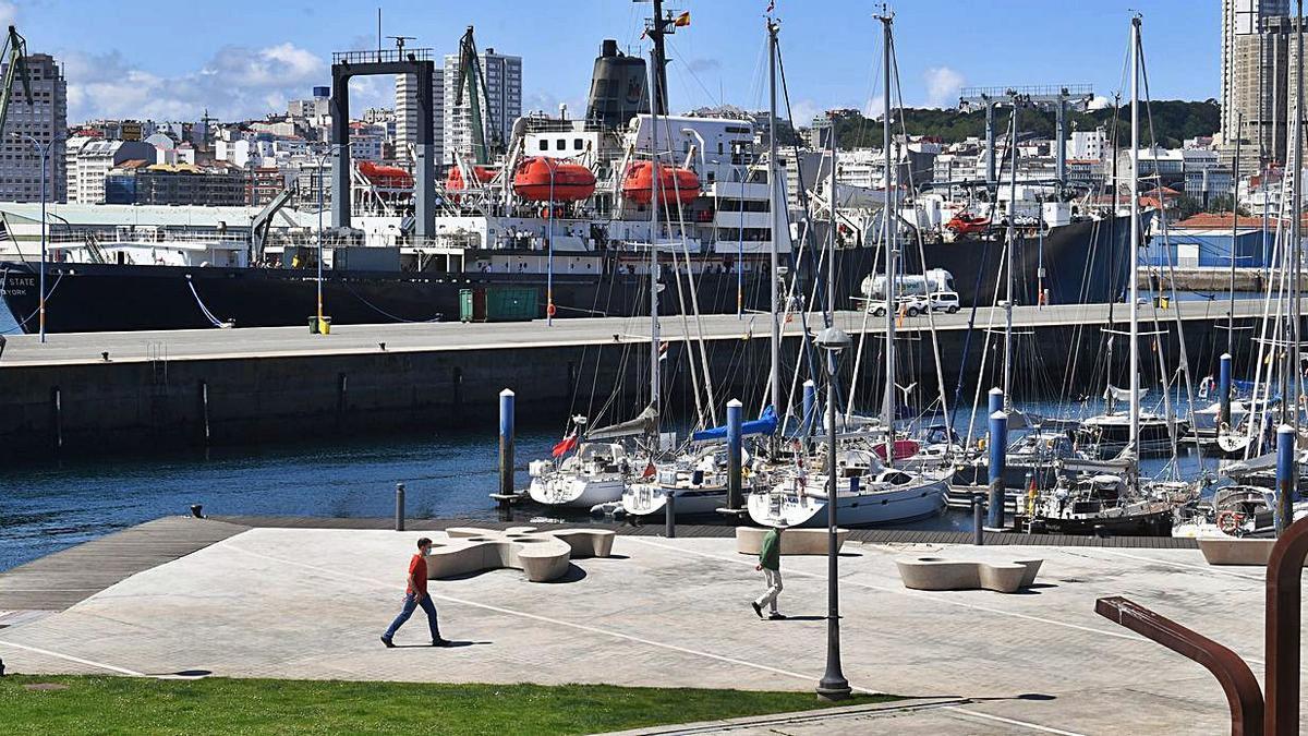 El buque 'Empire State', de visita en el Puerto coruñés   VÍCTOR ECHAVE