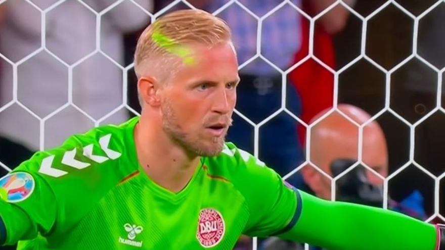 La UEFA investiga el láser que molestó a Schmeichel
