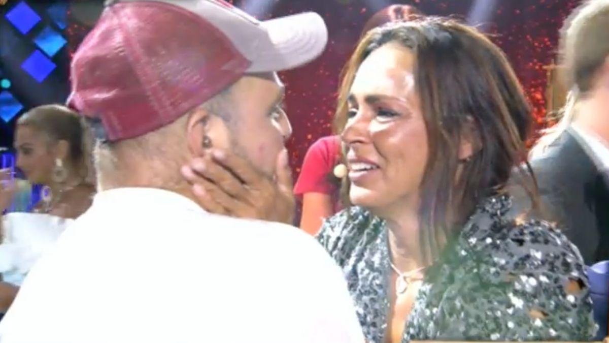 David Flores se abraza con Olga Moreno.